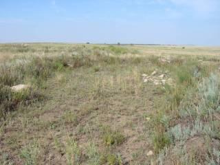 каменная насыпь у северо-восточного склона и большой камень на юго-восточном.