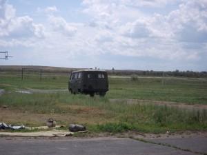 УАЗик выезжает на поле